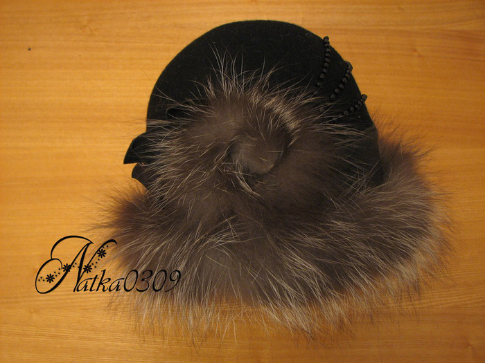 Фетровая шляпа отделанная кожей и