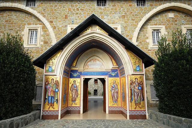 monastyir-kikkos-04.jpgвход в монастырь (540x428, 137Kb)