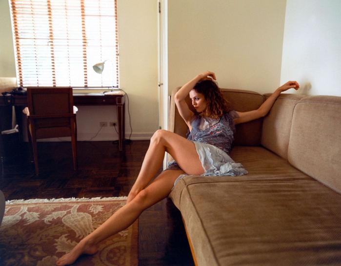 Он успел сделать фото, где женщина раздвигает ножки и попу, показывая