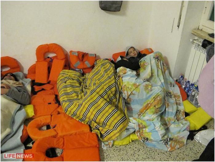 Пережившие кошмар туристы спали на сваленных в кучу спасательных жилетах