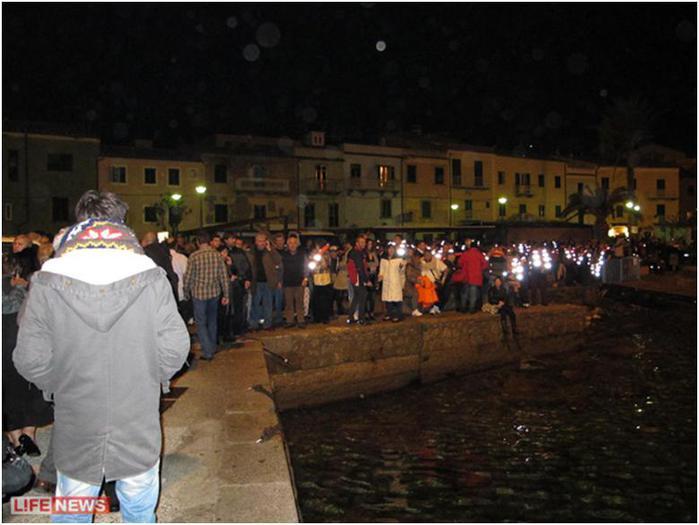 Спасенных туристов встречали сотни людей
