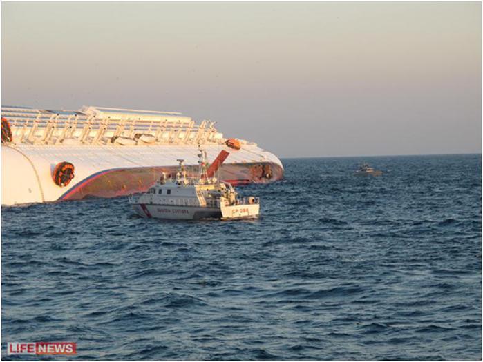 На снимке, сделанном россиянином Вадимом Вылкостом, видна пробоина, которую корабль получил при столкновении с рифом