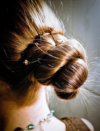 Прическа пучок выбирается обычно в том случае, когда у женщины с длинными волосами меняется настроение.