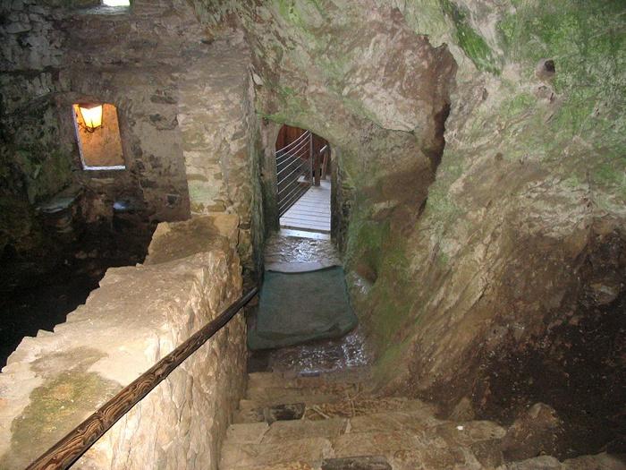 замок в пещере (700x525, 189Kb)