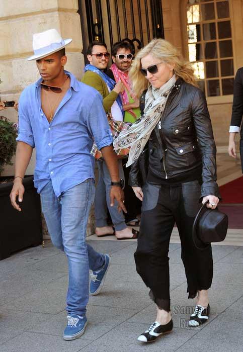 Мадонна и Брагим Заибат у отеля Ритц Madonna Brahim Zaibat