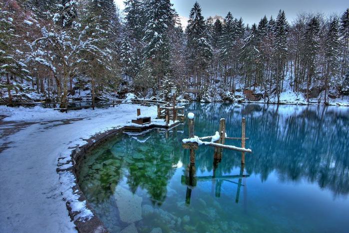 На холодно-синем стекле воды - Blausee 26326