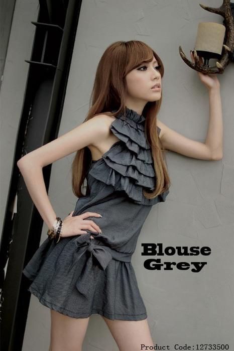 Платье тёмно-серого безрукавов.