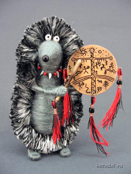 Этот ёжик сделан на заказ для ki-nana.  Бубен из картона, палочка деревянная, ожерелье из бисера и кусочков пластика.