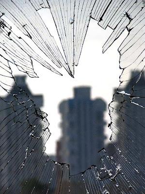 Разбитое окно (299x400, 51Kb)