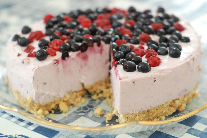 4278666_4886228260_20919364c1_jogurtitort_mustikate_ja_vaarikatega_yoghurt_cake_with_blueberries_and_raspberries_L (700x469, 152Kb)