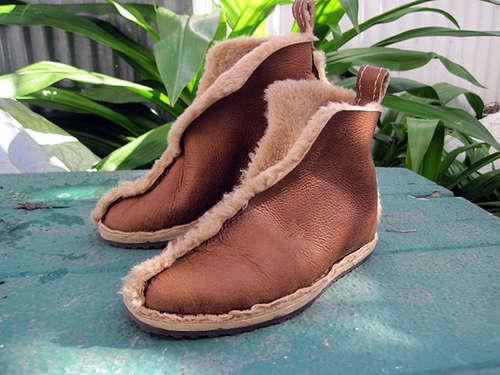 Шьем обувь из старой дубленки У вас есть старая потертая кожаная дубленка.  Предлагаю сшить из нее теплую домашнюю...