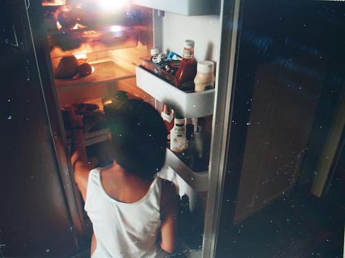 Девушка у холодильника фото