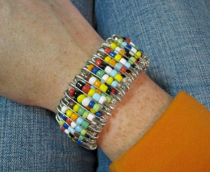 Этот яркий браслет сделан очень просто - из булавок и нанизанного на них бисера.  Он эластичный, его можно легко...