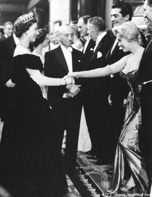 Мэрилин Монро знакомится с королевой Елизаветой Второй в 1956 году в Лондонe (499x648, 43Kb)
