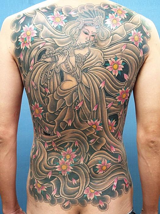Мастера тату японии продолжают