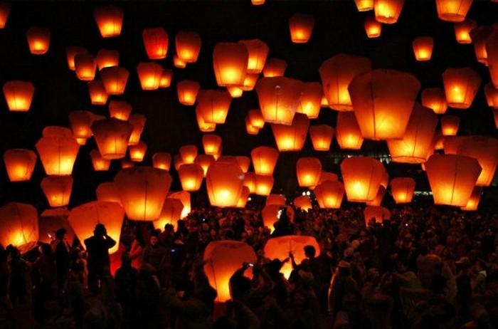 Красивые небесные фонарики над вашим городом 2 (700x462, 81Kb)