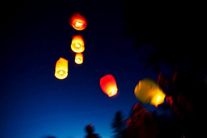 Красивые небесные фонарики над вашим городом 10 (700x467, 25Kb)