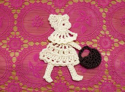 схема вязаной крючком аппликации девочка с сумочком.