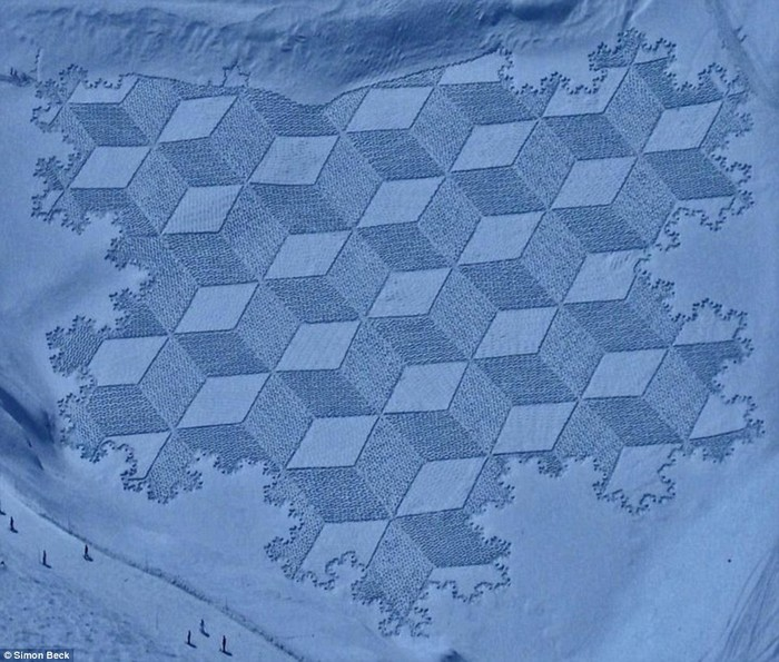 Современный французский художник Симон Бек и его узоры на снегу 14 (700x595, 123Kb)