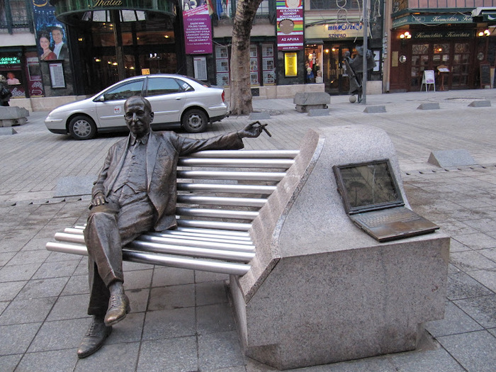 84366824_large_Statue_of_man__computer.J