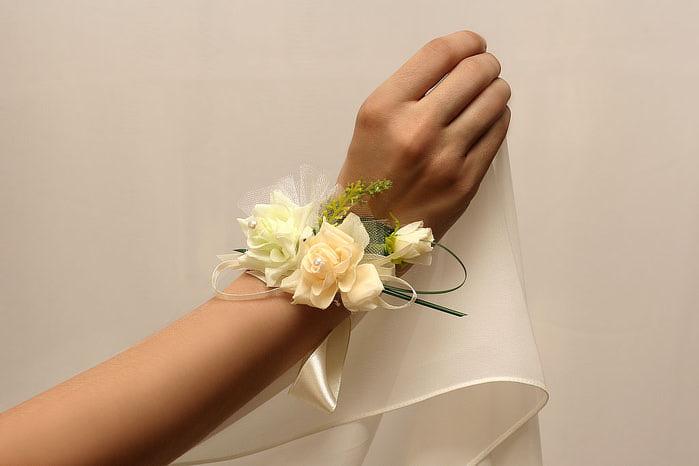 Бутоньерка из цветов на руку своими руками