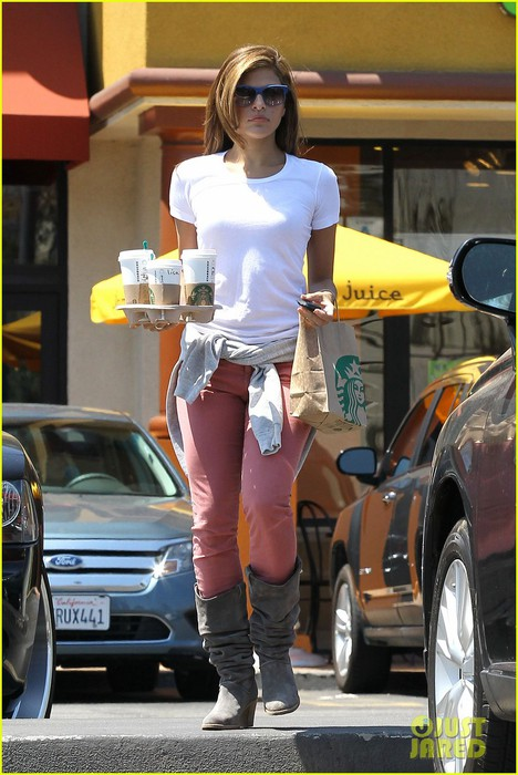 eva-mendes-runs-to-starbucks-01 (468x700, 97Kb)