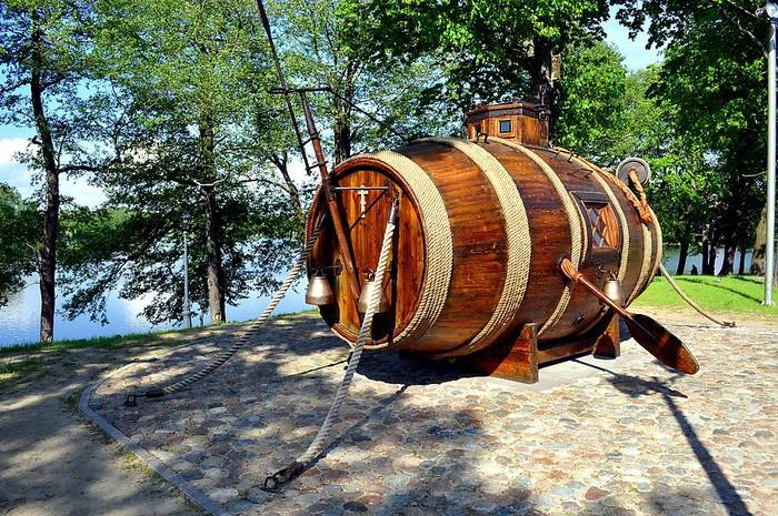 подводная лодка из бочек