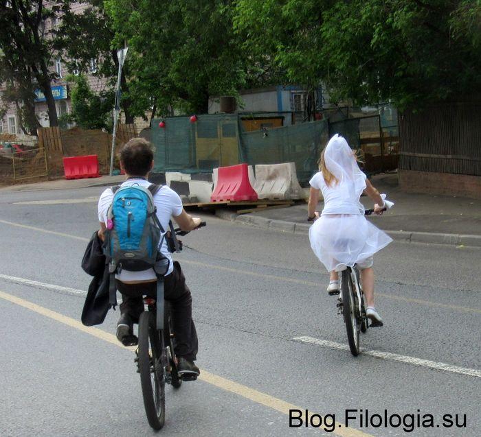 На велосипеде в свадебном наряде (700x637, 84Kb)
