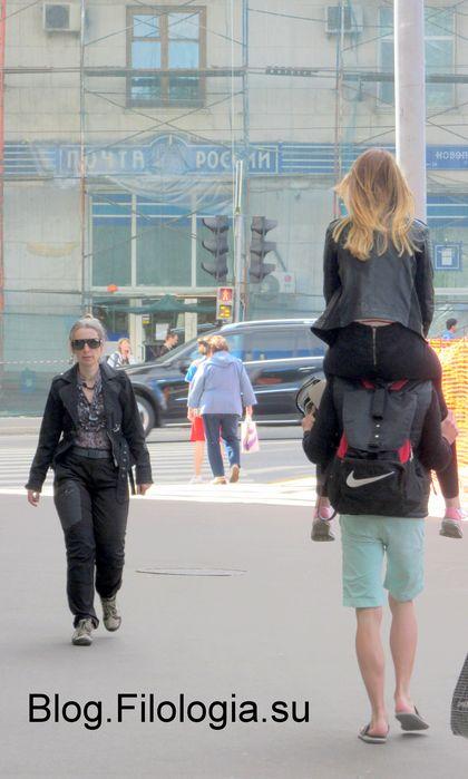 Парень с девушкой на плечах на улице в Москве (420x699, 45Kb)