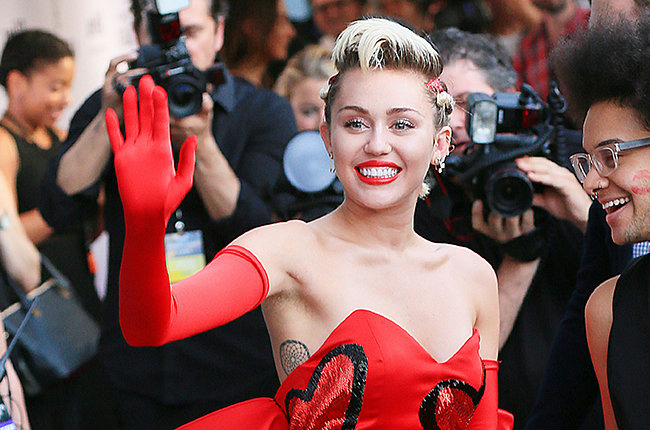 miley-cyrus-amfar-gala-2015-waving-billboard-650 (650x430, 319Kb)