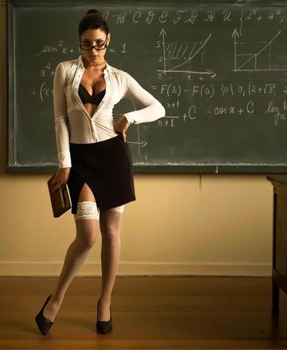 у учительницы виден лифчик