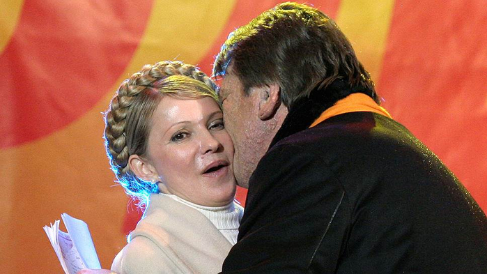 поцелуй ющенко и тимошенко 120114 (700x393, 285Kb)