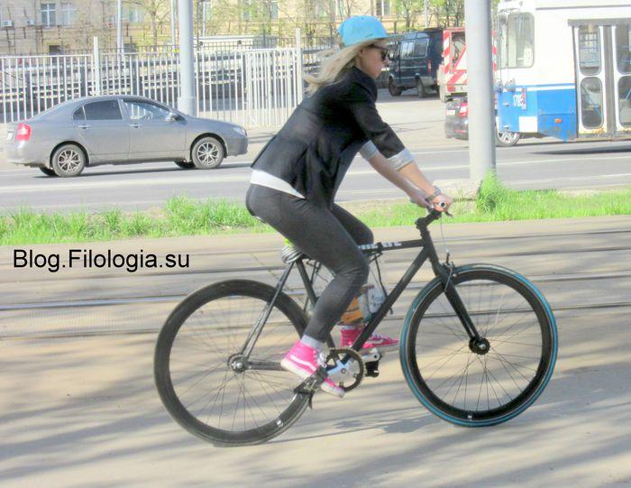Девушка на велосипеде в городе (700x541, 68Kb)