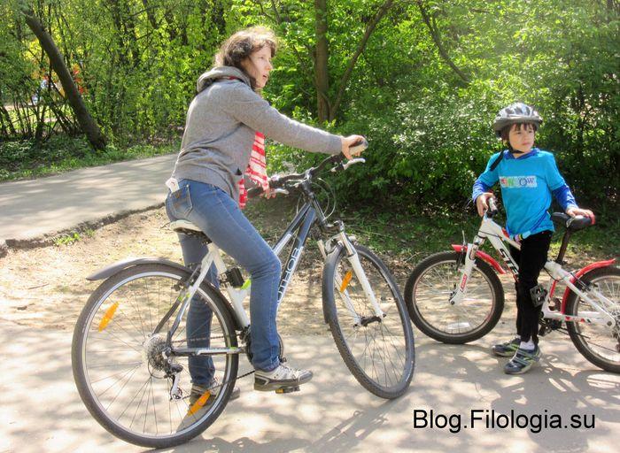 Мама с сыном на велосипедах в парке (700x512, 99Kb)