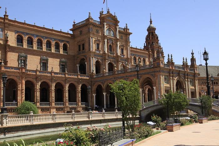 2.  аркады Аюнтаменто и улицы Аламеда де Геркулес (700x467, 417Kb)