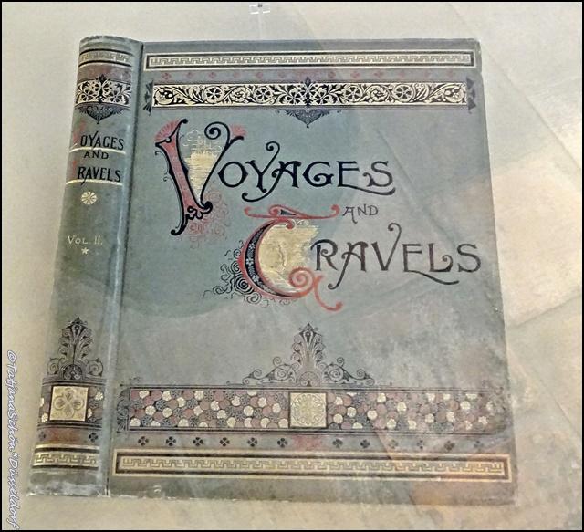 """Книга называется """"Вояж энд тревелс"""" (поездки и путешествия)"""