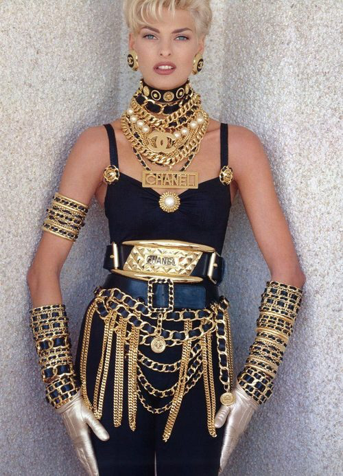 la-modella-mafia-rihanna-in-vintage-chanel-jewelry-and-chains-for-pour-it-up-styled-by-mel-ottenberg-inspired-by-linda-evangelista-x-chanel (500x693, 155Kb)