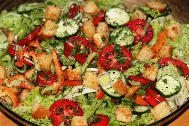 Хрустящий салат из свежих овощей с сухариками