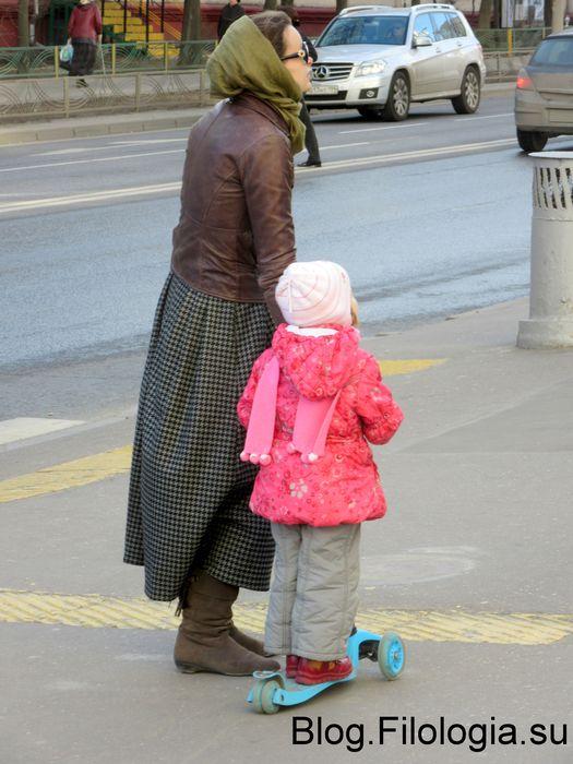 Бабушка с внучкой на самокате (525x700, 62Kb)