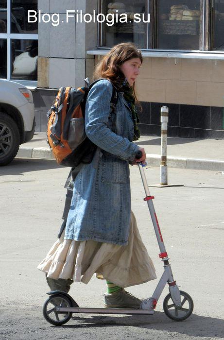 Взрослая девушка с рюкзаком на самокате (461x700, 56Kb)