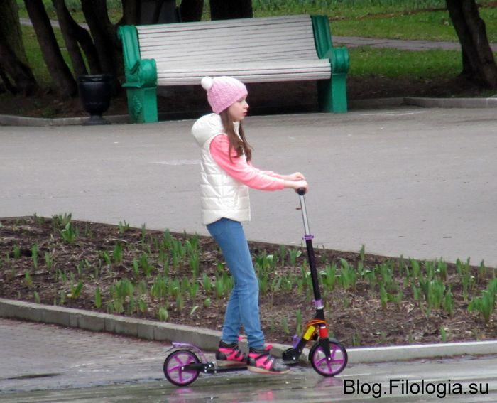 Девочка катается на самокате (700x567, 65Kb)