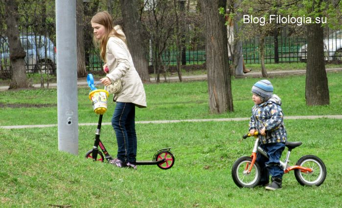 Мама на самокате и малыш на детском велосипеде (699x426, 77Kb)