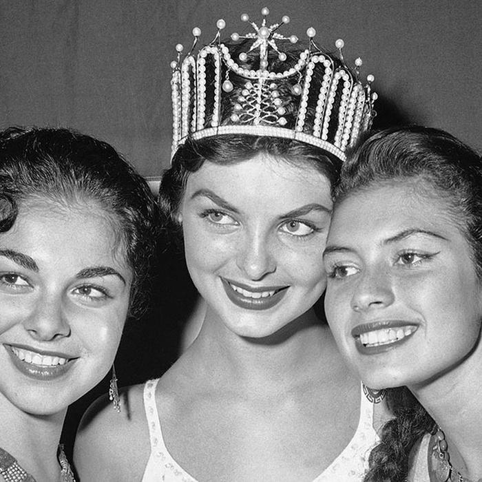 Гладис Сендер, Перу. «Мисс Вселенная — 1957». 19 лет, рост 170 см, параметры фигуры 91,5−60−91,5. (700x700, 323Kb)