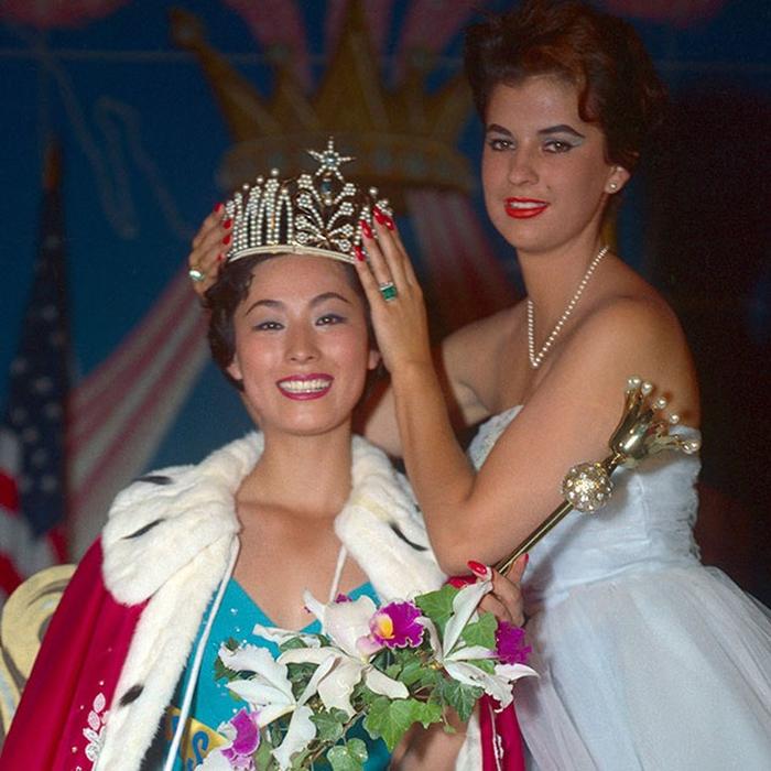 Акико Кодзима, Япония. «Мисс Вселенная — 1959». 22 года, рост 170 см, параметры фигуры 94−58−96. (700x700, 471Kb)
