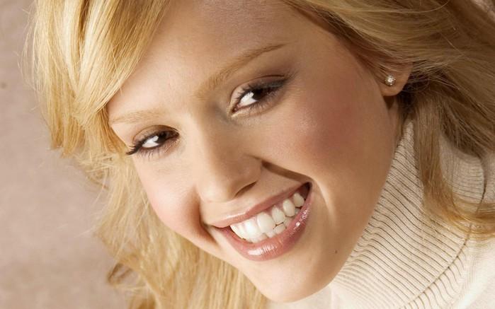 Регулярное употребление йогурта сохраняет красивую улыбку.