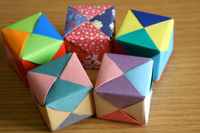 Для одного кубика 6 квадратиков бумаги трех цветов, т.е. по 2 шт. каждого.  Если использовать квадрат бумаги со...