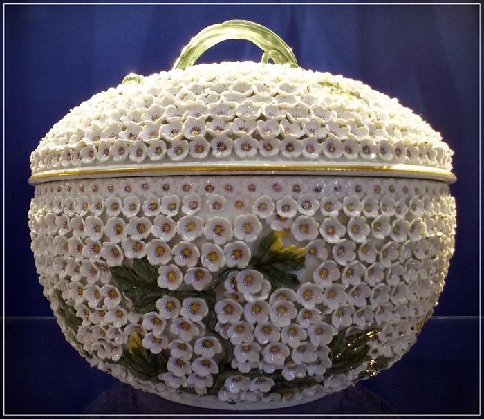 """Экспонат музея керамики в Дюссельдорфе:  """"Калина - Снежный шар"""", Мейсен, 1750 год, из обширной серии по эскизам Йоханна Йоахима Кендлера."""