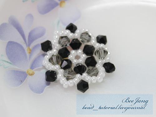 Умея плести цветок из бисера, можно делать различные украшения, в основу которых ляжет это бисерный цветок - сережки...