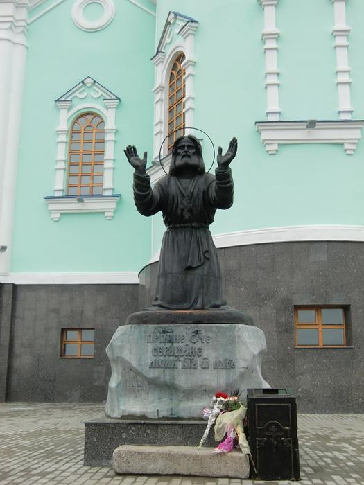 Памятник Серафимушке Саровскому в Пустыни (525x700, 206Kb)
