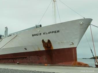 Захваченное нигерийцами судно (340x255, 18Kb)